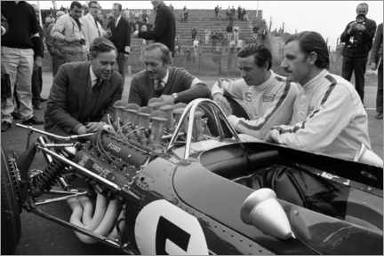 Póster Premium  Keith Duckworth, Colin Chapman, Jim Clark and Graham Hill, Lotus 49 Ford 1967