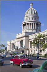 Autocolante decorativo  Traditonal old American cars passing the Capitolio building, Havana, Cuba - Martin Child