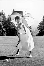Póster Premium  Audrey Hepburn a jogar golfe - Celebrity Collection