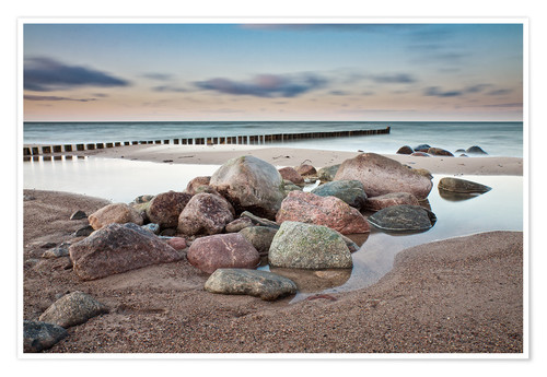 Póster Premium Stones and groynes on shore of the Baltic Sea.