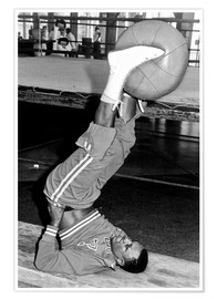 Póster Premium  Joe Frazier during training with a medicine ball