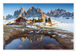 Póster Premium Hut and Odle mountains, Dolomites