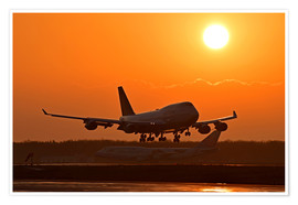 Póster Premium Landing a Beoing B747-400 in the sunset