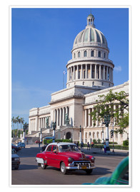 Póster Premium  Traditonal old American cars passing the Capitolio building, Havana, Cuba - Martin Child