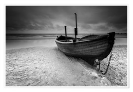 Póster Premium Fishing boat on the beach monochrome