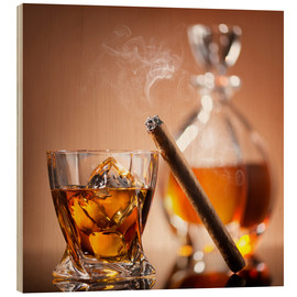 Quadro de madeira  Cigar on glass of whiskey with ice cubes