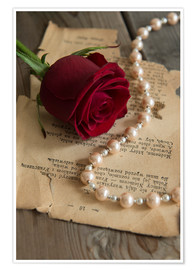Póster Premium  Red rose, pearls and letter - Jaroslaw Blaminsky