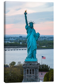 Quadro em tela  Aerial view of the Statue of Liberty at sunset, New York city, USA - Matteo Colombo