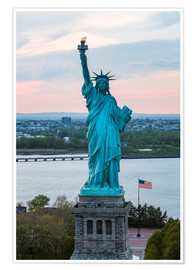 Póster Premium  Aerial view of the Statue of Liberty at sunset, New York city, USA - Matteo Colombo