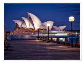 Póster Premium  A boat passes through the Sydney Opera House - Jim Nix