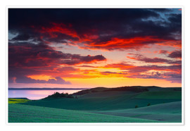 Póster Premium Rolling green hills and lake at sunset