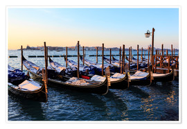 Póster Premium Gondolas in the snow with a view of Venice