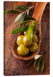 Quadro em tela  Spoon with green olives on a wooden table - Elena Schweitzer