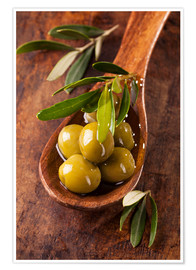 Póster Premium  Spoon with green olives on a wooden table - Elena Schweitzer